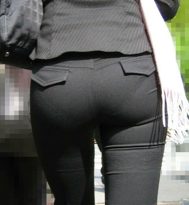 お尻がはち切れそうになってるパンツスーツのOL街撮りエロ画像 630