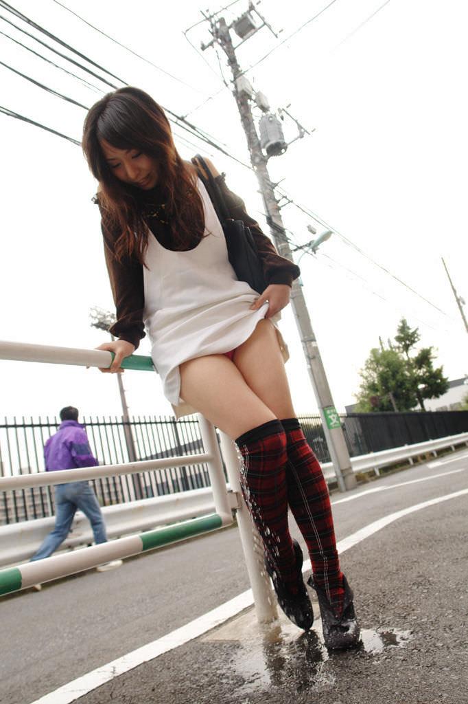 尿意に耐え切れずに女の恥を捨て露出オシッコしてる放尿エロ画像 631