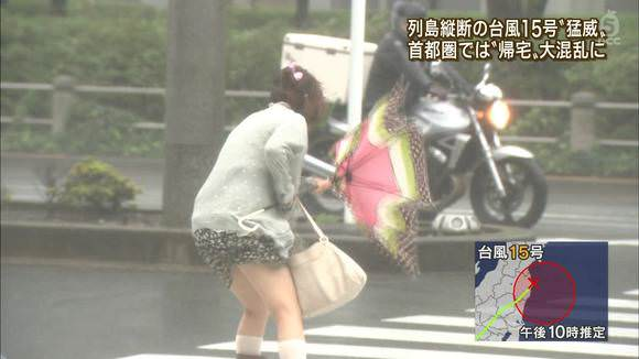 TVニュースの台風中継で映ったガチ素人のパンチラや透けブラエロ画像 648