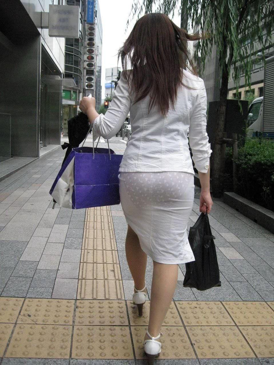 透けやすい素材の服を着る女子の透けブラや透けパンチラしてる街撮りエロ画像 661