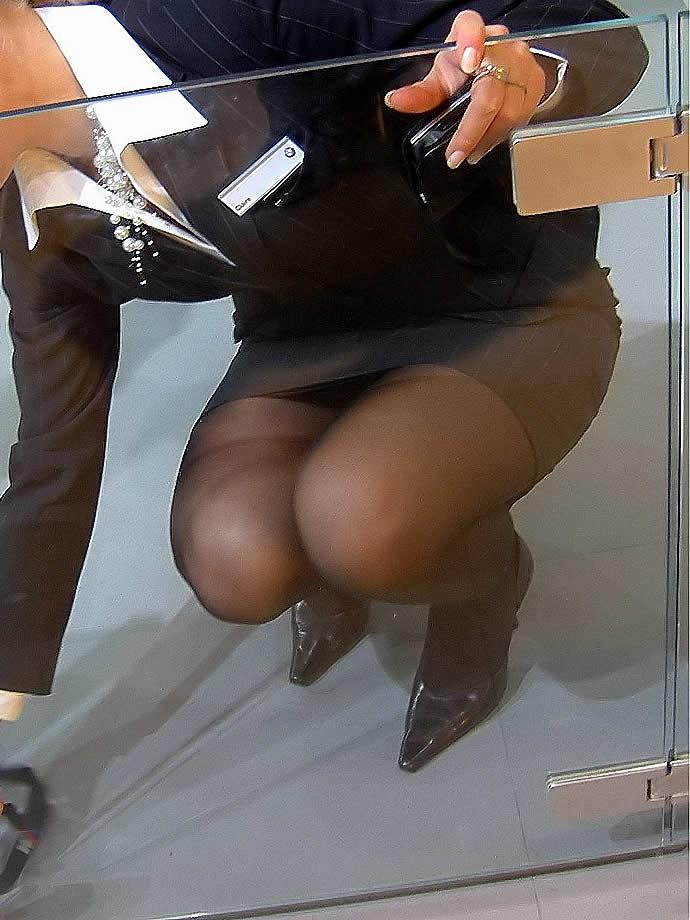 OLのパンチラとかスーツにピタッと張り付くお尻にオチンコ擦りつけたい街撮りエロ画像 67