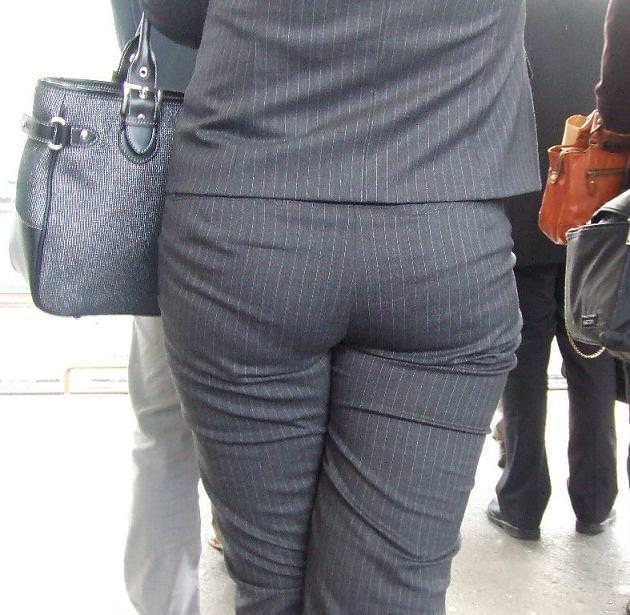 お尻がはち切れそうになってるパンツスーツのOL街撮りエロ画像 730