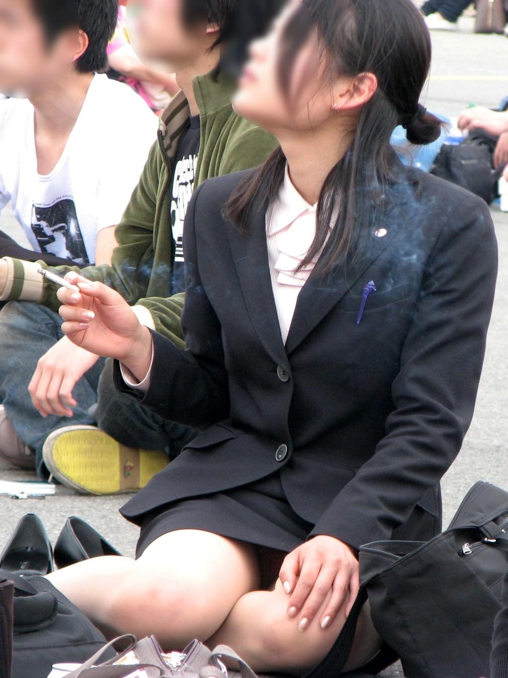 お昼休みの休憩中に座ってるOLのスーツからチラ見えするパンチラ街撮りエロ画像 737