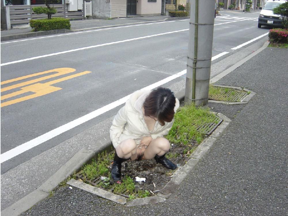 いっぱい膀胱に溜め込んだおしっこをビシャーっと開放する放尿女子のエロ画像 75