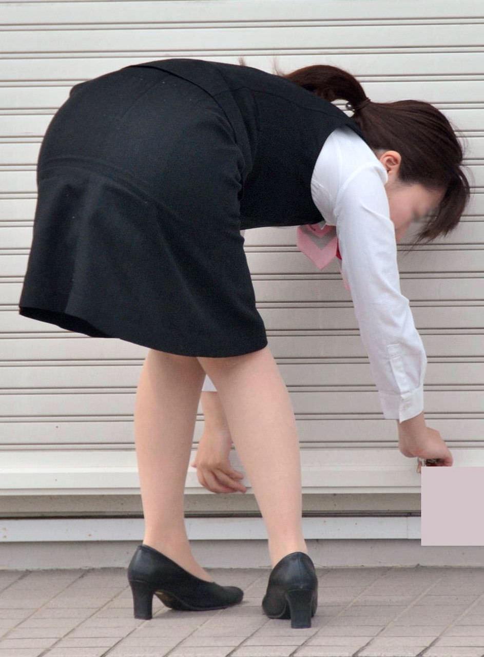 OLのパンチラとかスーツにピタッと張り付くお尻にオチンコ擦りつけたい街撮りエロ画像 77