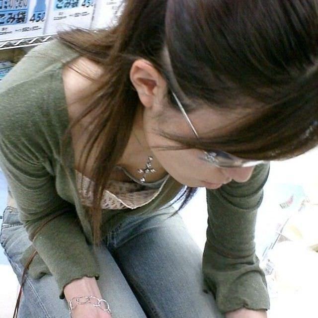 サングラスしてるギャルが薄着でおっぱい胸チラしてる街撮りエロ画像 835