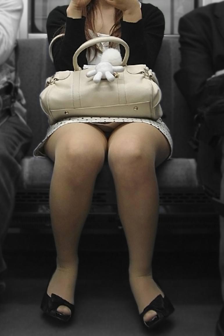 電車のシートに座って油断してる素人娘たちの股間から覗くパンチラ画像 845
