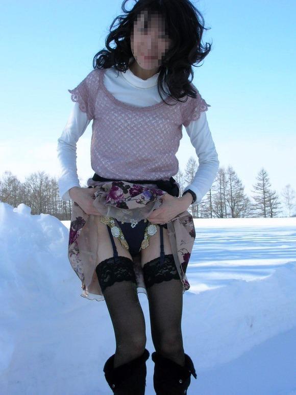 雨や雪が降ってる寒空の下攻めの姿勢で野外露出する女のエロ画像 847