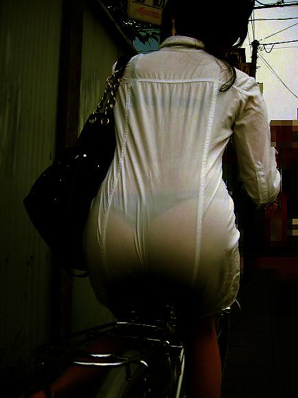 透けやすい素材の服を着る女子の透けブラや透けパンチラしてる街撮りエロ画像 862