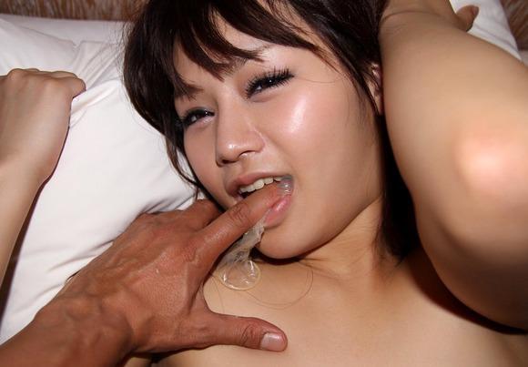 コンドームと女の組み合わせが興奮をさそうエロ画像 885
