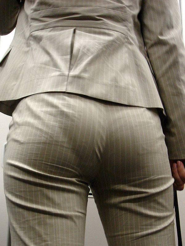お尻がはち切れそうになってるパンツスーツのOL街撮りエロ画像 930
