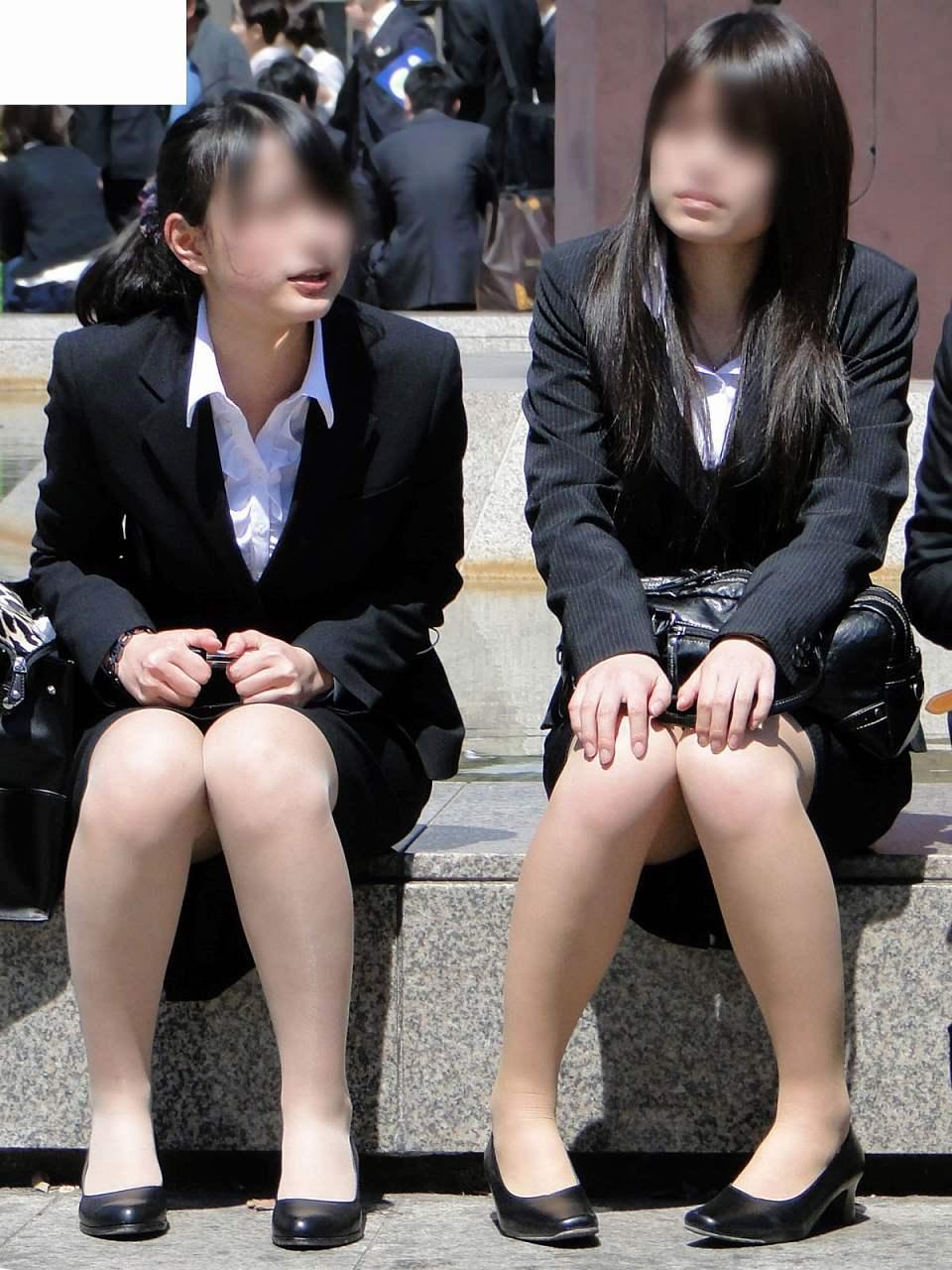 お昼休みの休憩中に座ってるOLのスーツからチラ見えするパンチラ街撮りエロ画像 937