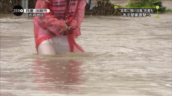 TVニュースの台風中継で映ったガチ素人のパンチラや透けブラエロ画像 947