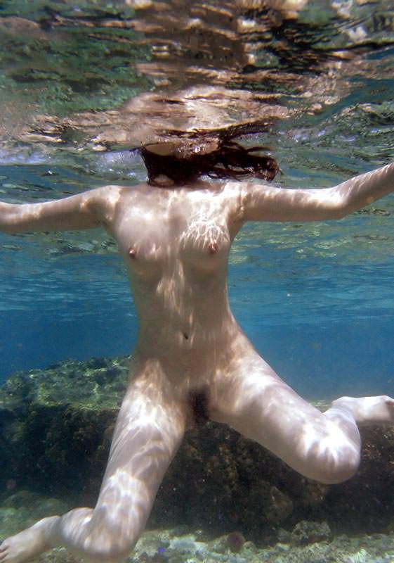 まさかプールで水中内を撮影されてるとは知らない素人娘たちのお尻やおっぱいのエロ画像 978