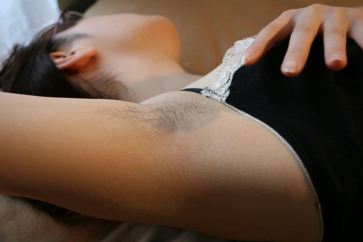 脇まんこに毛が生えて脇マン毛になってる素人娘のエロ画像 984