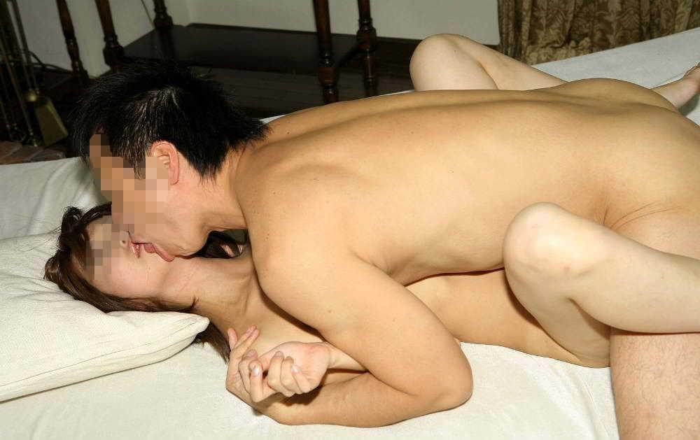性欲を抑えきらずにがっついてベロチューしながらセックスしてるエロ画像 9bdf40befda56aded47d3d00bffed831