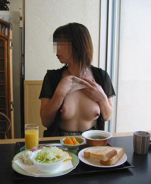 食堂やレストランで露出する破廉恥な行為をする変態女のエロ画像 1023