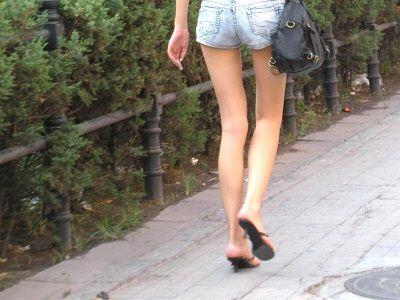 スラっと伸びる女の子の太ももにオチンポ挟みたいエロ画像 1025