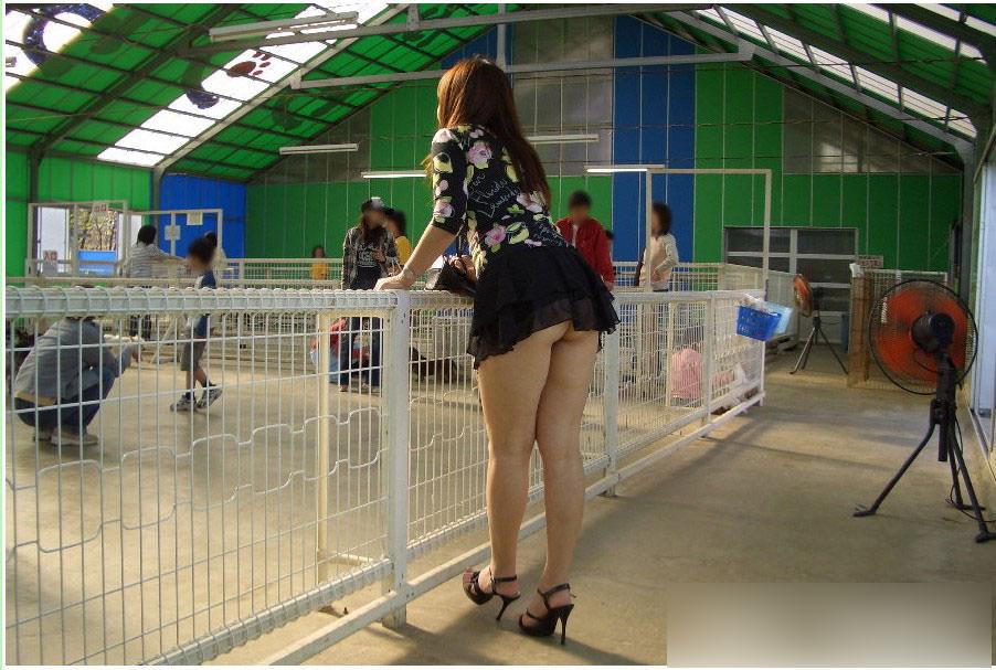 むっちりしたお尻の肉が圧迫した衣服から飛び出している街撮りエロ画像 1031