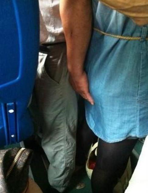 主に電車やバスの中で痴漢の決定的瞬間を激写したヤバいエロ画像 1038