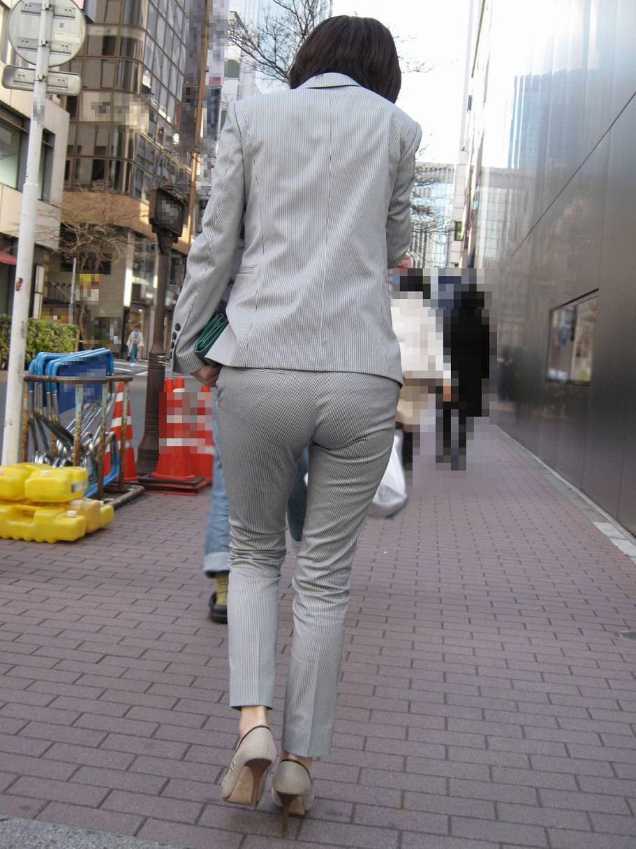 パンツスーツOLの街撮りむっちりお尻のエロ画像 1049