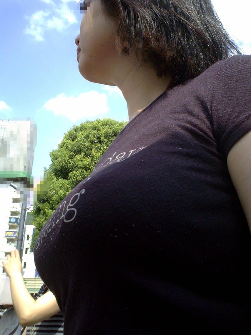 妄想補正でかなりエロくなる街撮り着衣おっぱいのエロ画像 1052