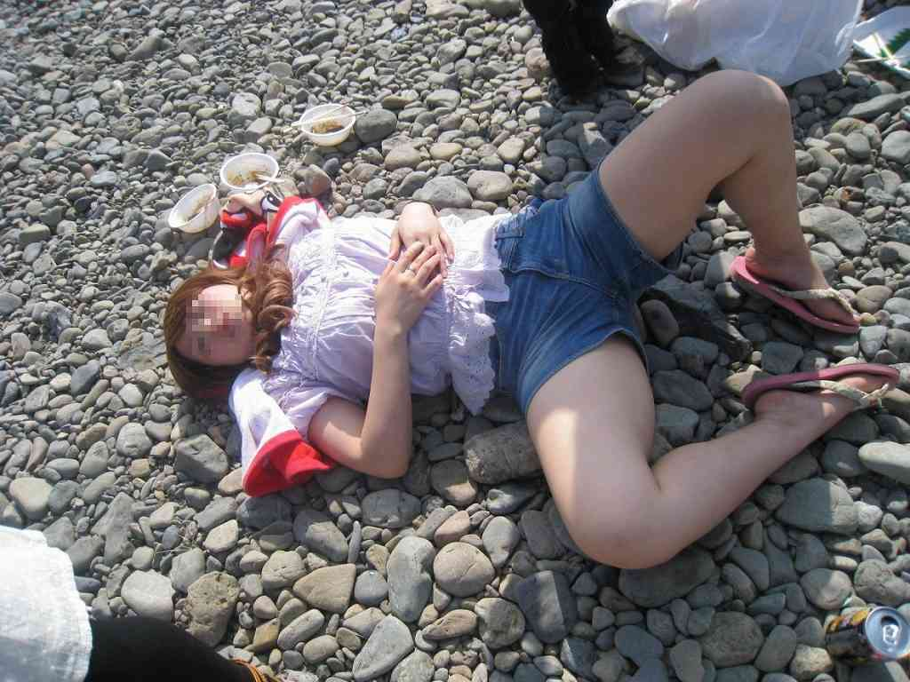 酔いつぶれてパンチラとかお尻丸出しとかお構いなしのエロ画像 1065