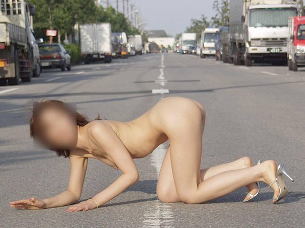 外で脱ぐことで性的興奮を満たすことが出来る露出狂女達のエロ画像 11118