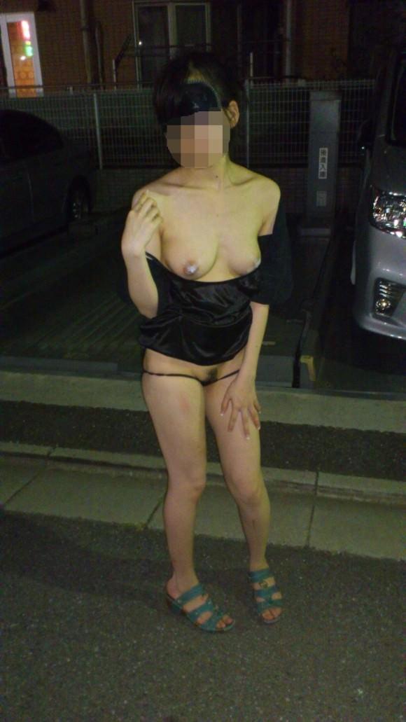 夜道で彼女を全裸にして調教中の変態野外露出エロ画像 11131