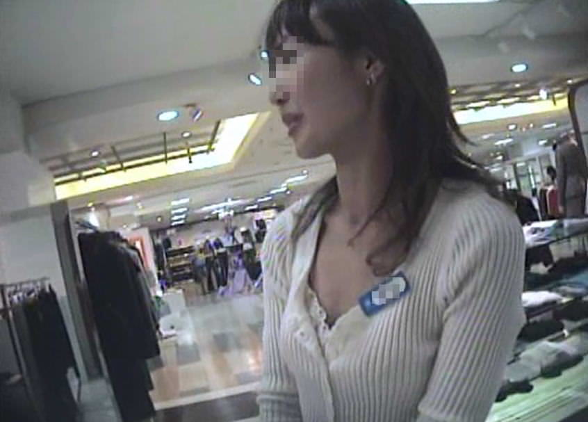ショップ店員のおしゃれお姉さんの浮きブラ乳首がたまらないエロ画像 11144