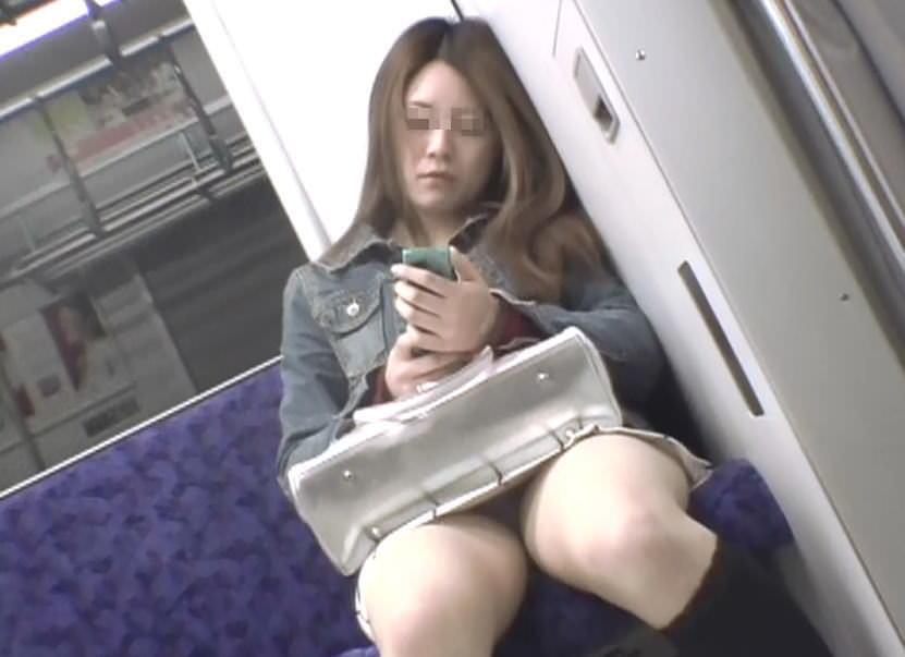 電車で向かいの席に座って股が緩んでる女を隠し撮りしたパンチラ画像 1118