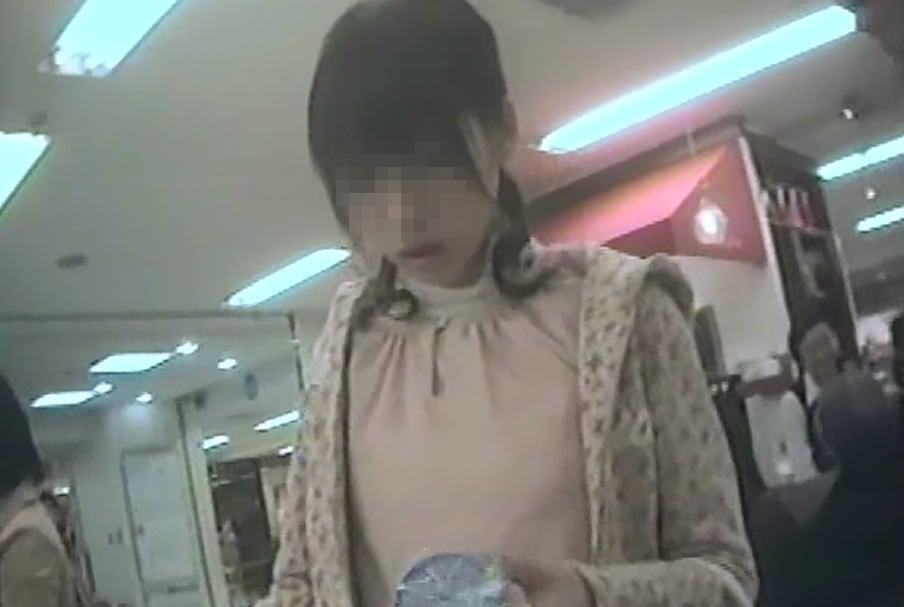 街をうろついてガチ素人娘を逆さ撮りしたパンチラ画像 1129