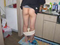 家事をする人妻がエッチな姿で家をうろつくエロ画像