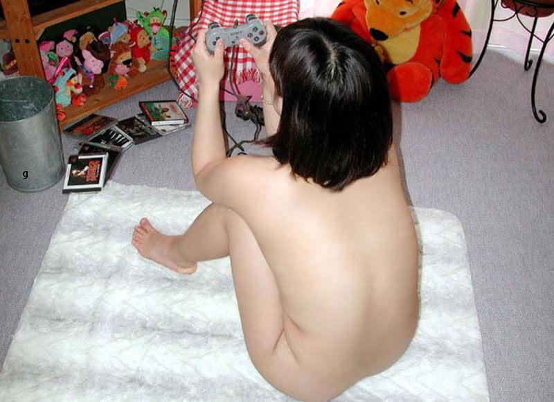 家でくつろぎ過ぎな彼女やセフレの裸を激写したエロ画像 1203