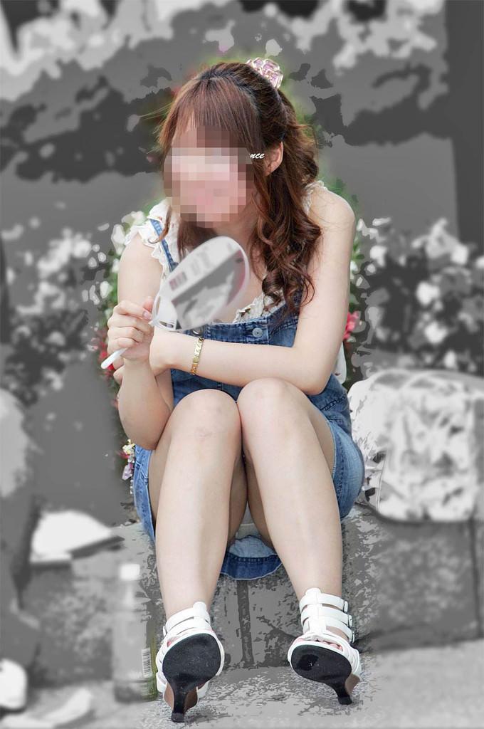 スカートで地べたに座って油断した女の子たちのエグいパンチラエロ画像 12105