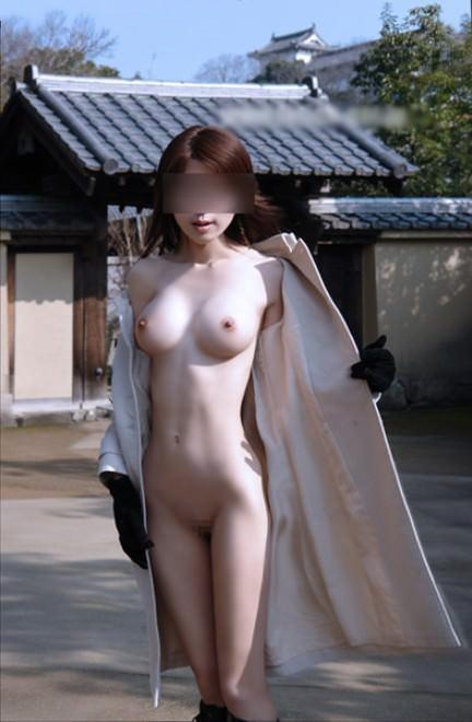 痴漢の様にコートを広げて全裸を野外露出してる変態エロ画像 1232