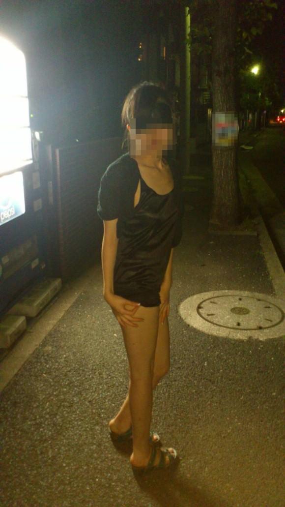 夜道で彼女を全裸にして調教中の変態野外露出エロ画像 1306