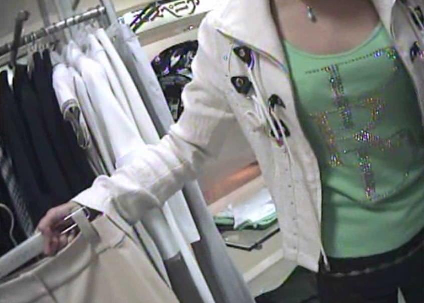 ショップ店員のおしゃれお姉さんの浮きブラ乳首がたまらないエロ画像 13108
