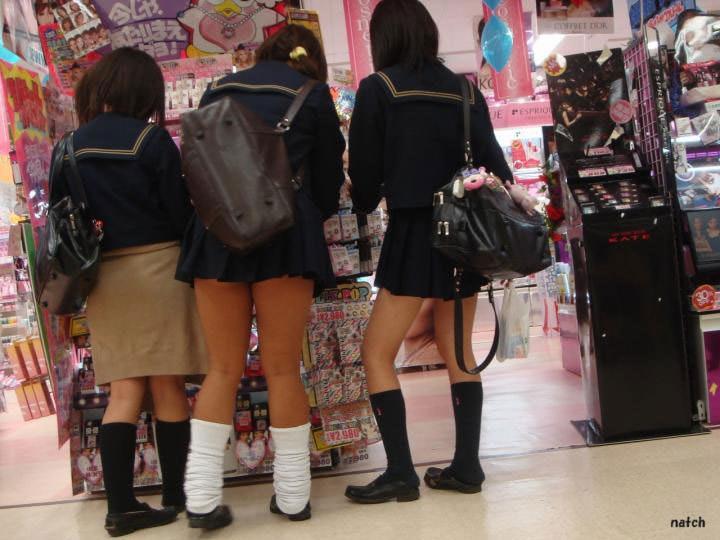 ピッチピチの女子校生が履いてるルーズソックスにチンポコ蹴られたいエロ画像 13110
