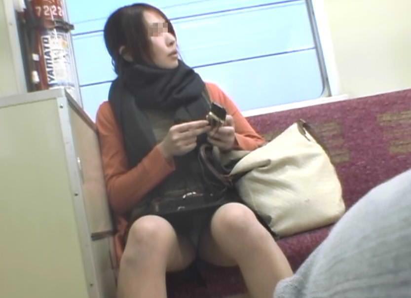 電車で向かいの席に座って股が緩んでる女を隠し撮りしたパンチラ画像 1314