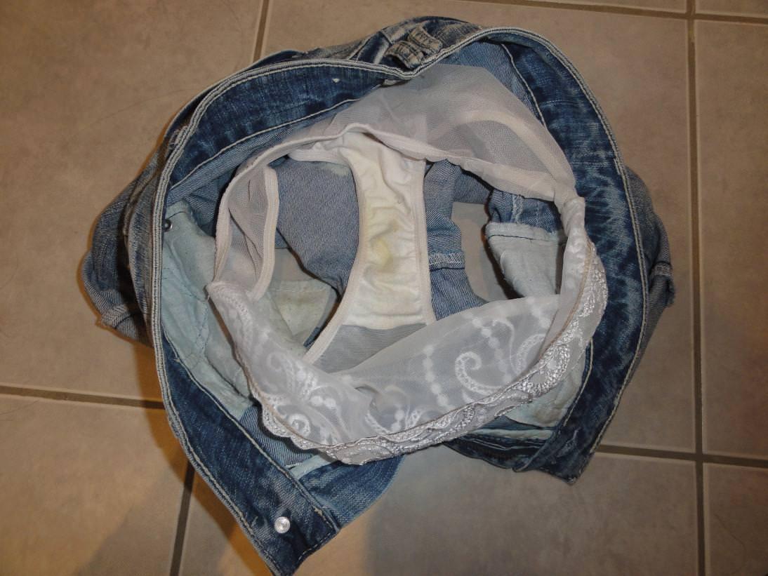 女子のおりものがパンツのクロッチ部分に汚れやシミを作ってるエロ画像 135