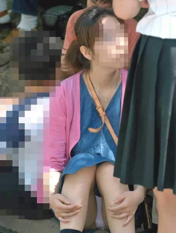 スカートで地べたに座って油断した女の子たちのエグいパンチラエロ画像 1390