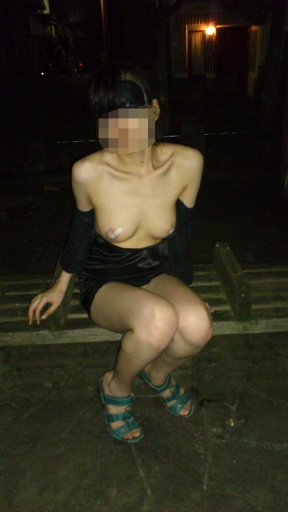 夜道で彼女を全裸にして調教中の変態野外露出エロ画像 1393