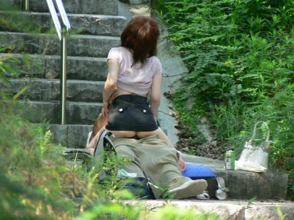 お外でズッコンバッコン野外セクロスしまくってる青姦エロ画像 1412