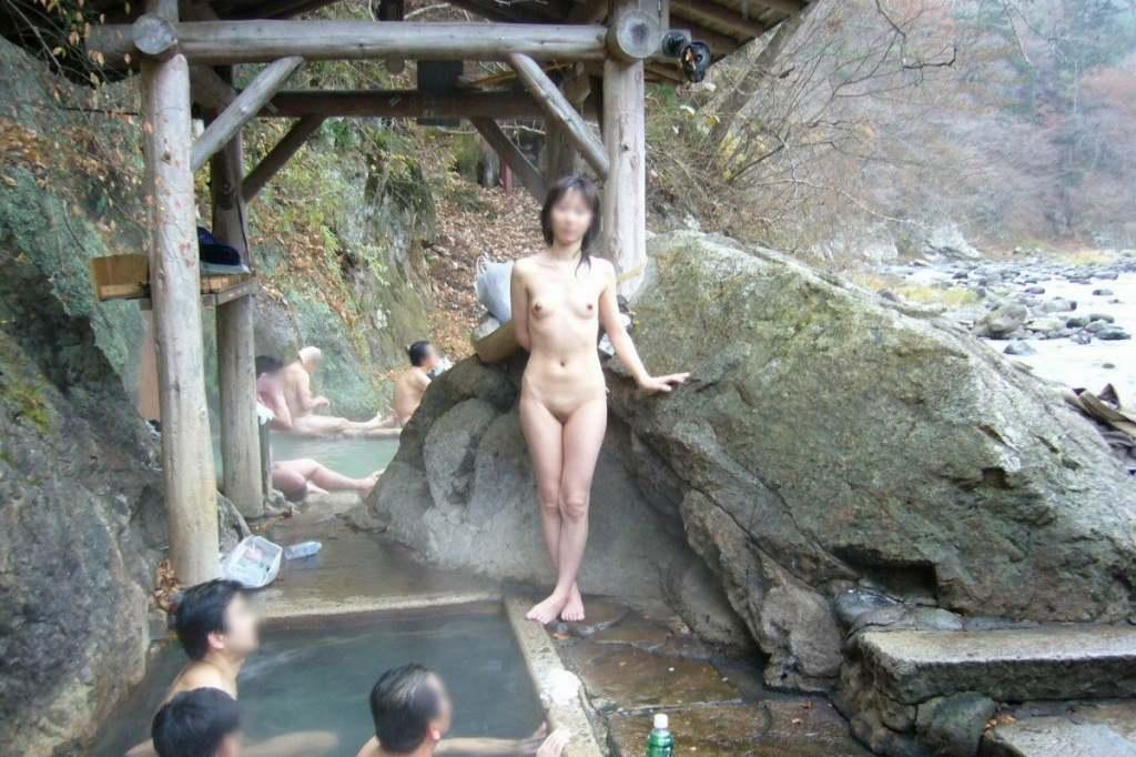 わざわざ混浴風呂にお出かけして記念撮影する変態女の露出エロ画像 1414