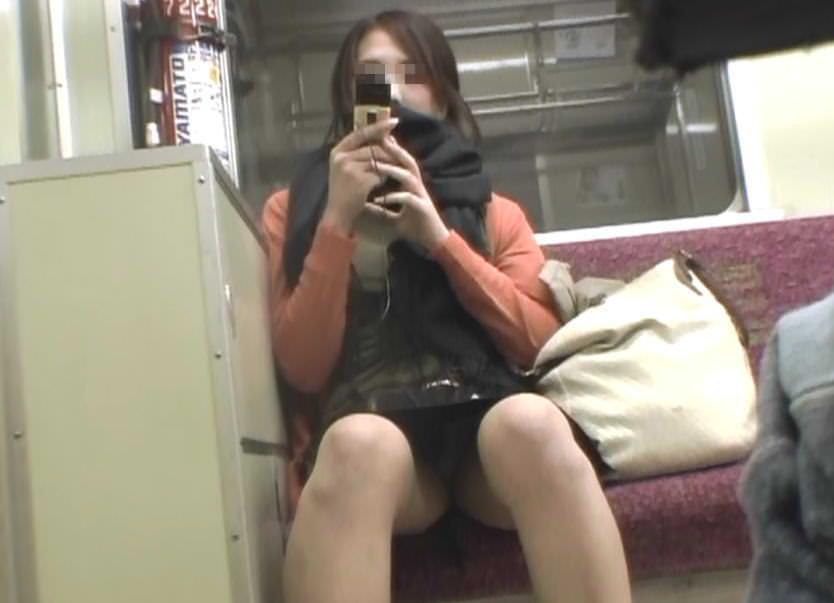 電車で向かいの席に座って股が緩んでる女を隠し撮りしたパンチラ画像 1415