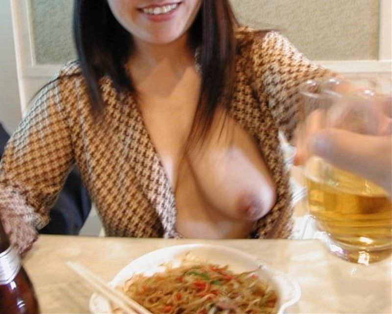 食堂やレストランで露出する破廉恥な行為をする変態女のエロ画像 1423