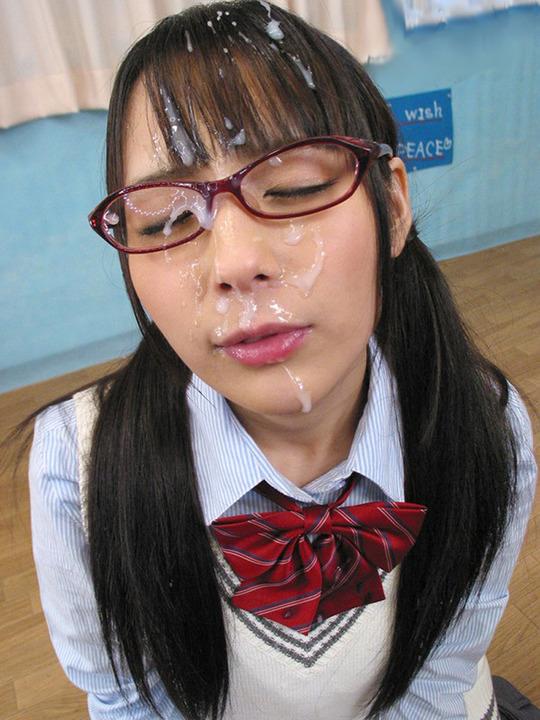 メガネっ娘の顔におもいっきりザーメンぶちまけた顔射ぶっかけエロ画像 1428