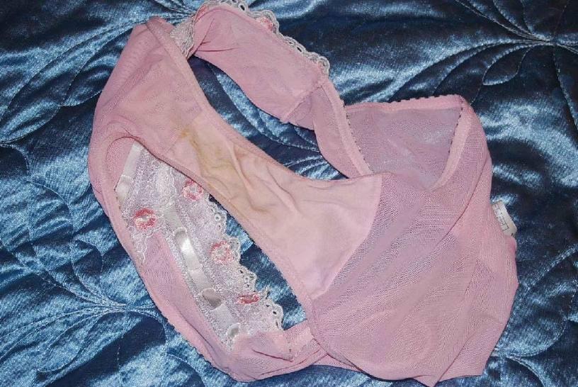 女子のおりものがパンツのクロッチ部分に汚れやシミを作ってるエロ画像 145