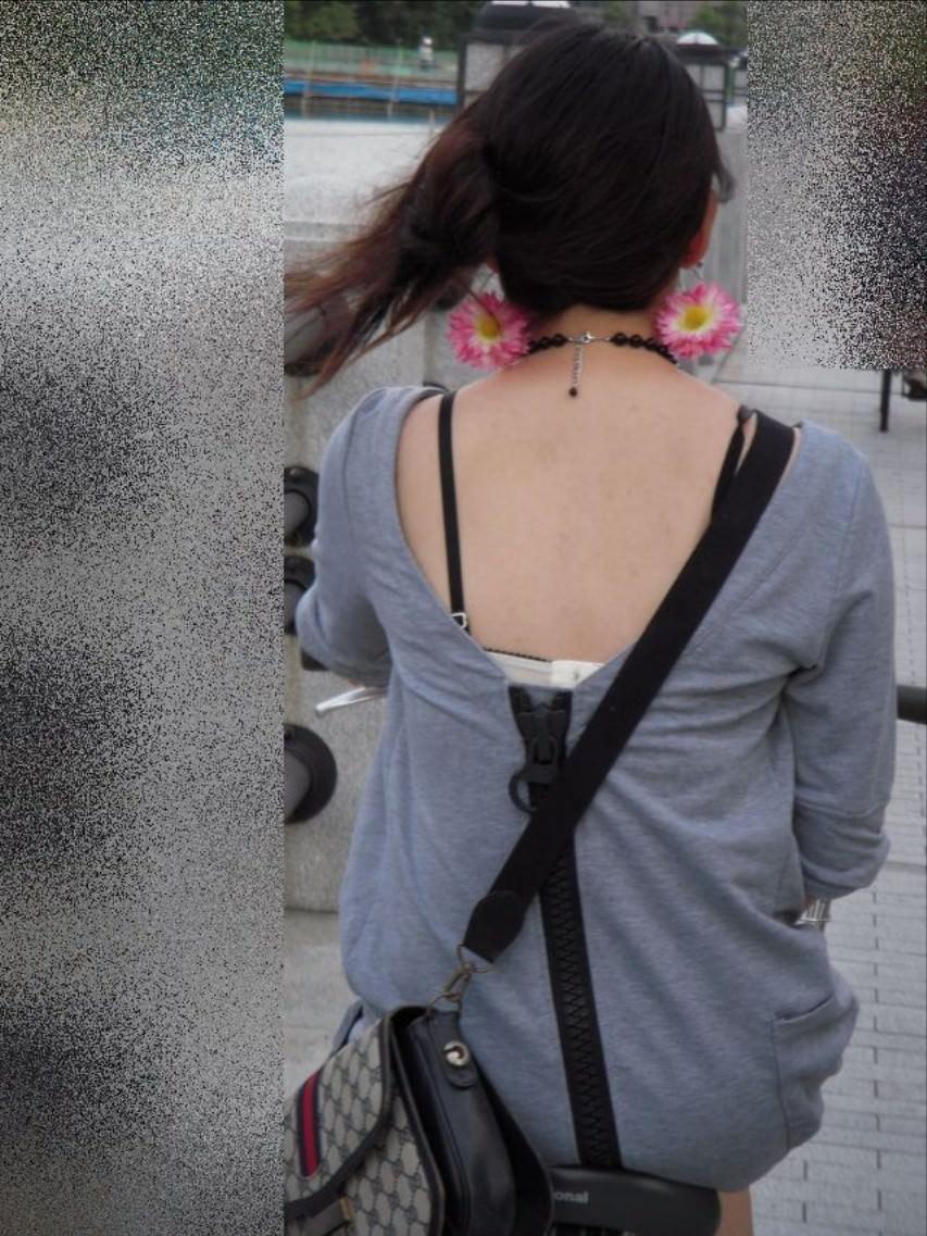気温が上がるとブラ紐がズレてブラチラしちゃってる素人の街撮りエロ画像 146